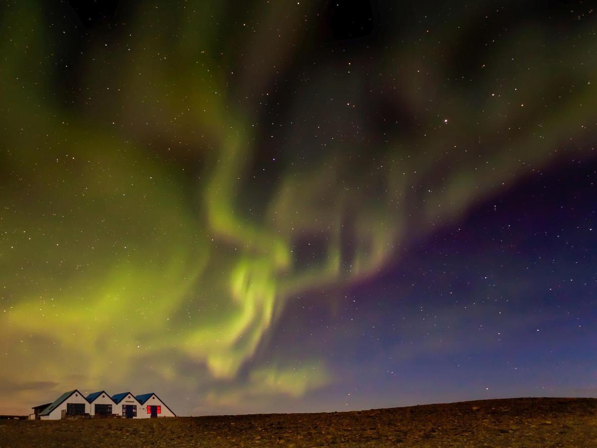 在考尔瓦费德的小村庄看北极光横跨天空