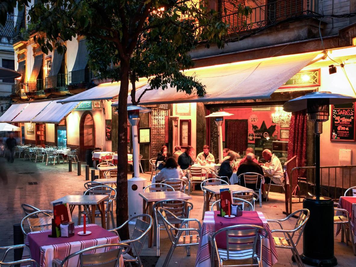夏日的夜晚,许多塞维利亚人喜欢在室外露台进行社交活动