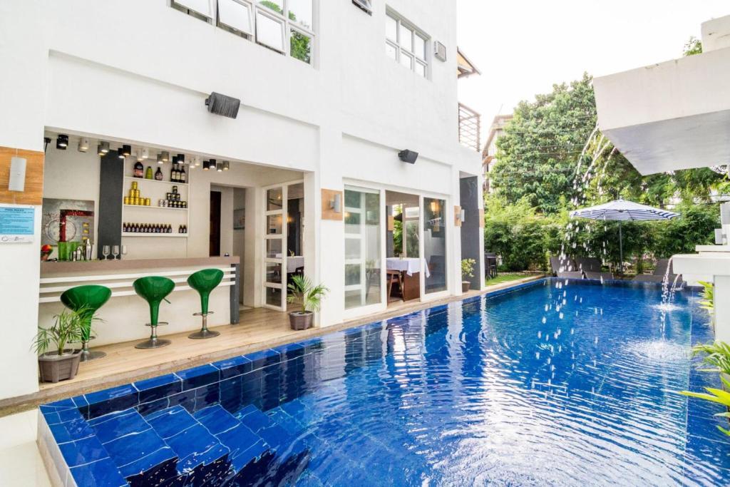 长滩岛东方海滩酒店内部或周边的泳池