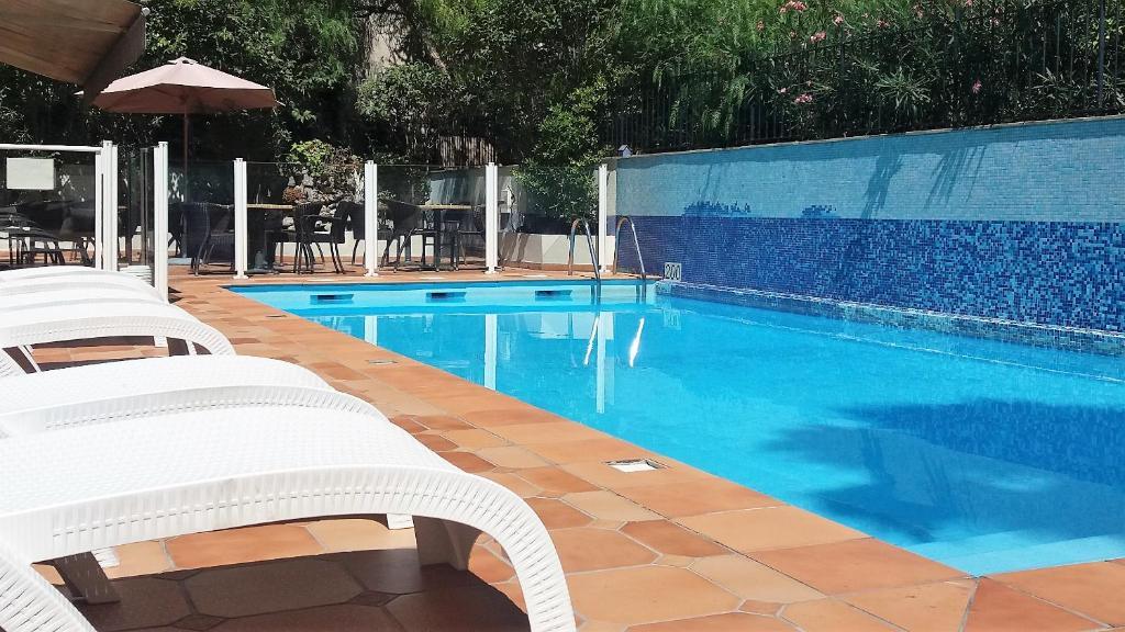 阿马兰特戛纳酒店内部或周边的泳池