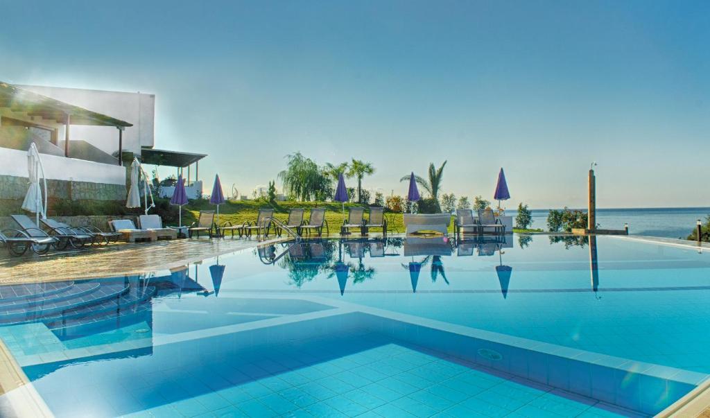 埃罗萨萨摩奇海滩公寓套房酒店内部或周边的泳池