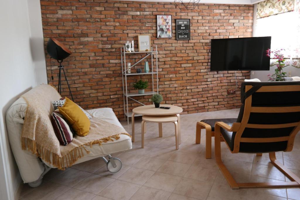 Clean & Comfortable Apartment的休息区