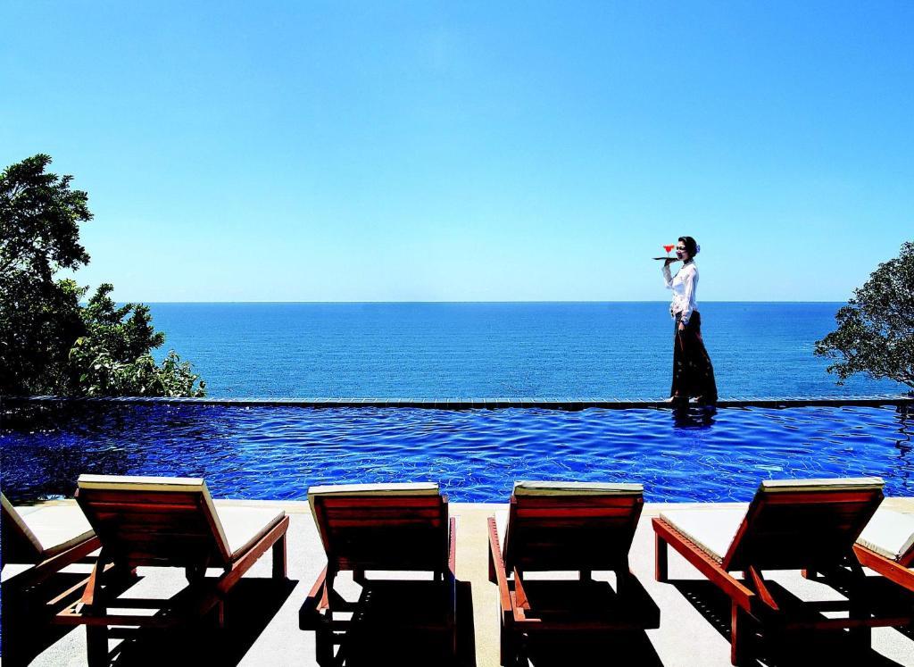 密崖餐厅度假酒店内部或周边的泳池