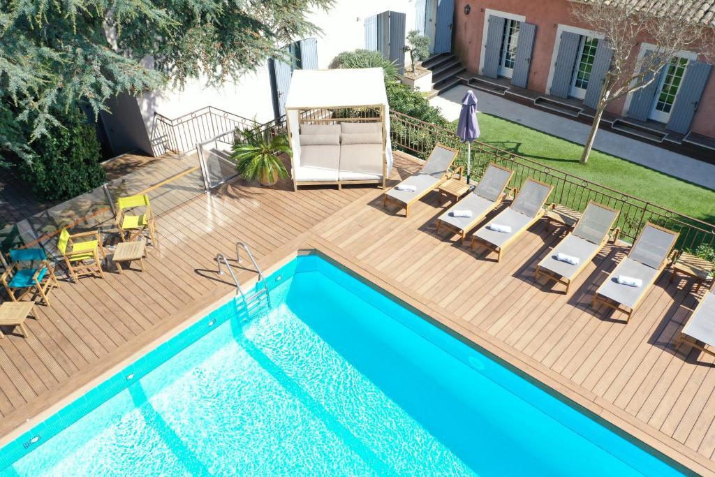 卡西斯花园酒店内部或周边的泳池