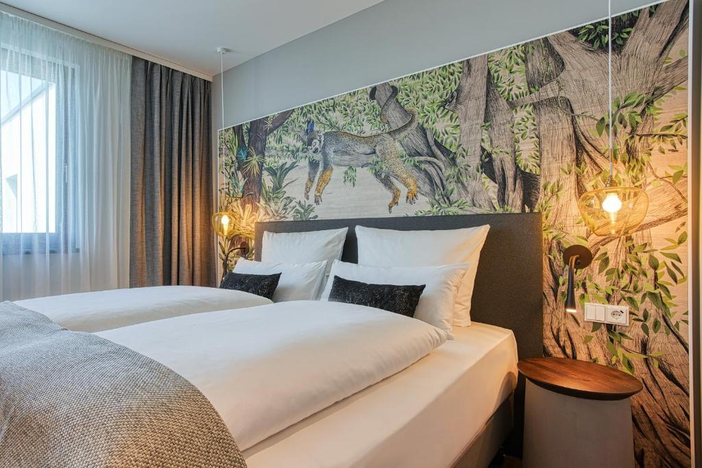 NinetyNine Heidelberg City客房内的一张或多张床位
