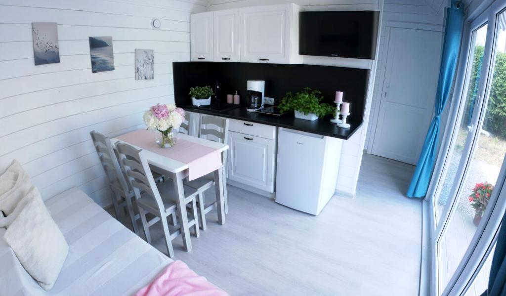 Happyfugu Domki Letniskowe的厨房或小厨房