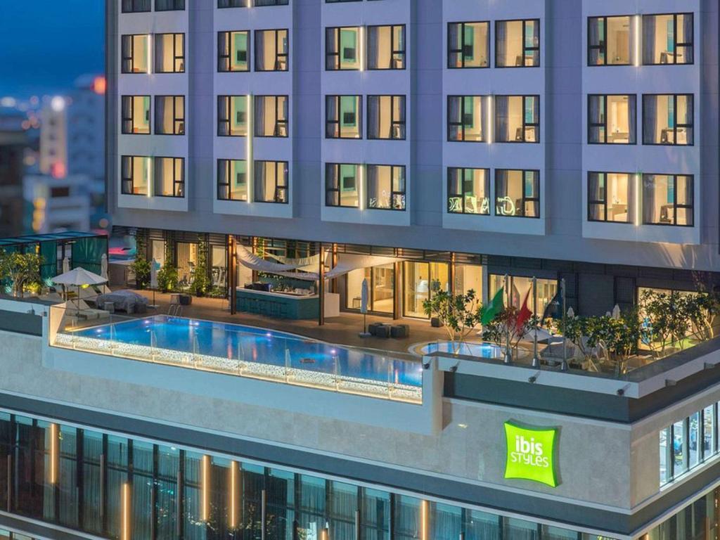 芽庄宜必思尚品酒店内部或周边的泳池