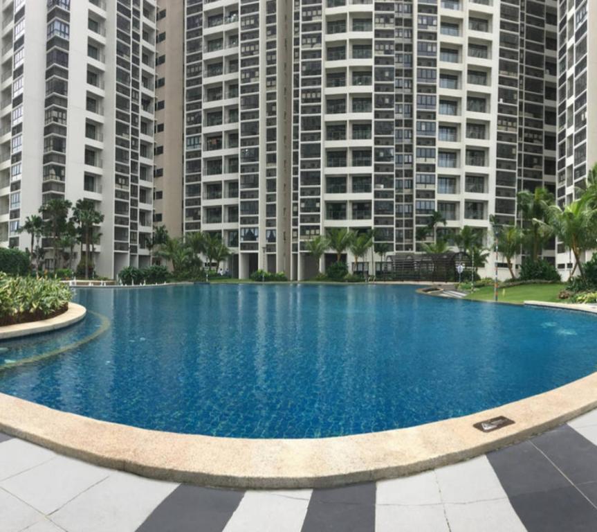 Danga Bay Johor Bahru内部或周边的泳池