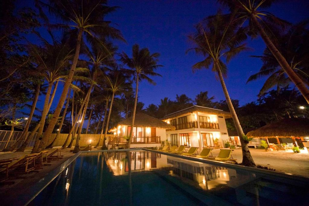 雷司令长滩岛海滩度假酒店内部或周边的泳池