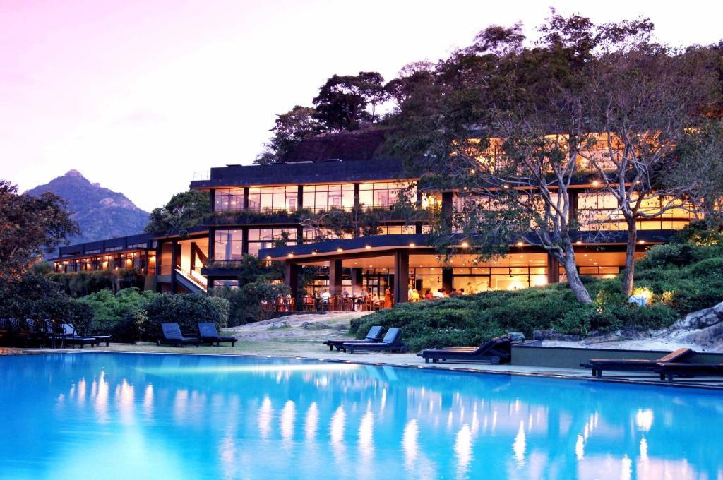 坎达拉马遗产酒店内部或周边的泳池