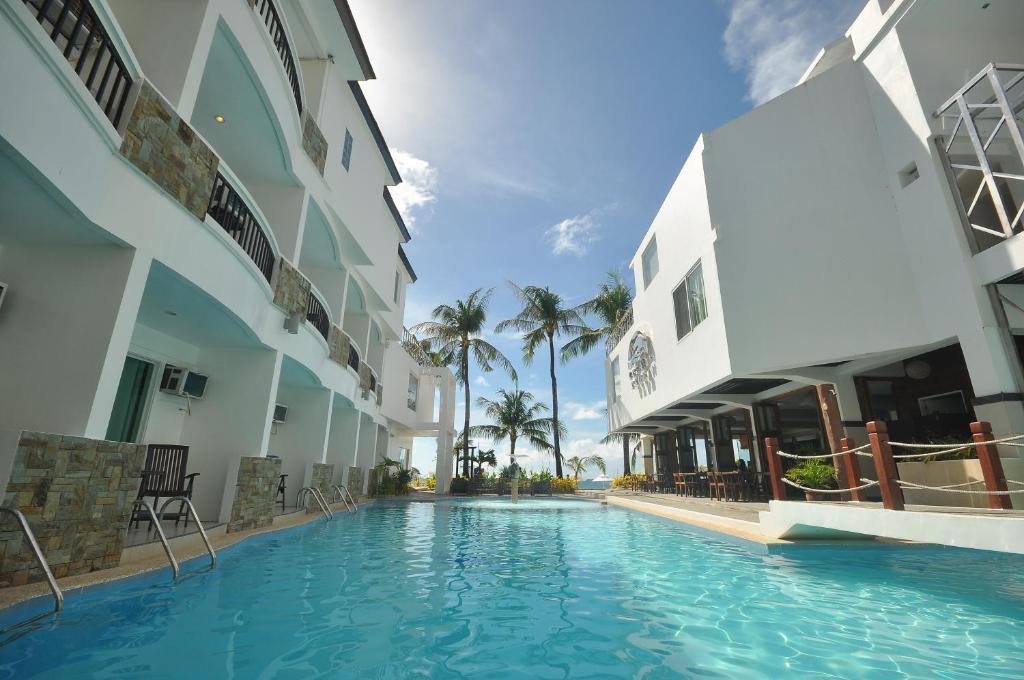 长滩岛海洋俱乐部海滩度假村内部或周边的泳池