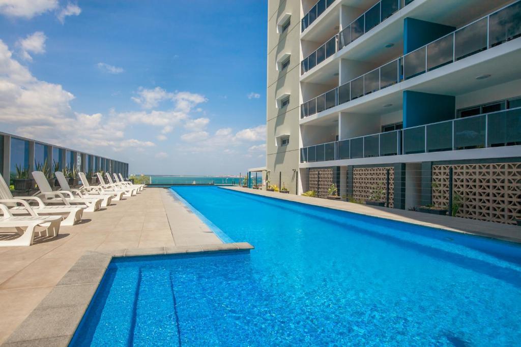 达尔文禅季华美达套房酒店内部或周边的泳池