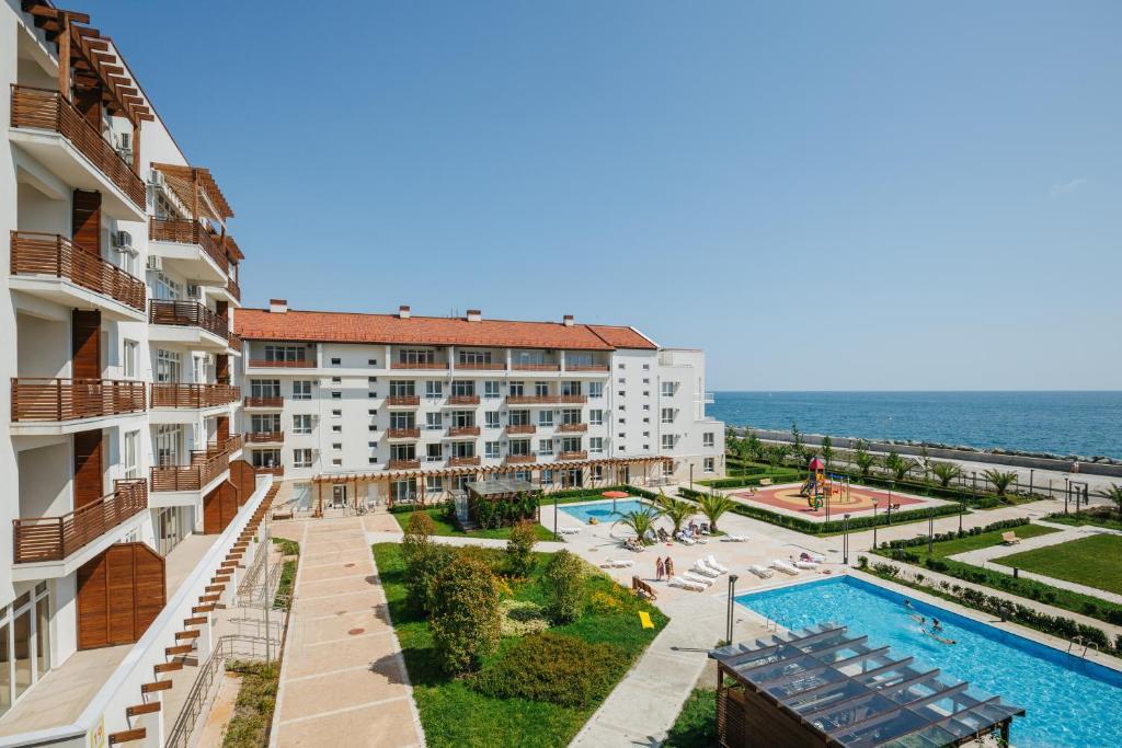 伊梅莱汀斯基摩尔思科公寓酒店内部或周边泳池景观