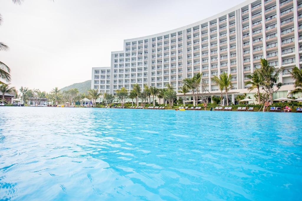 芽庄湾芬珍珠度假酒店及Spa内部或周边的泳池