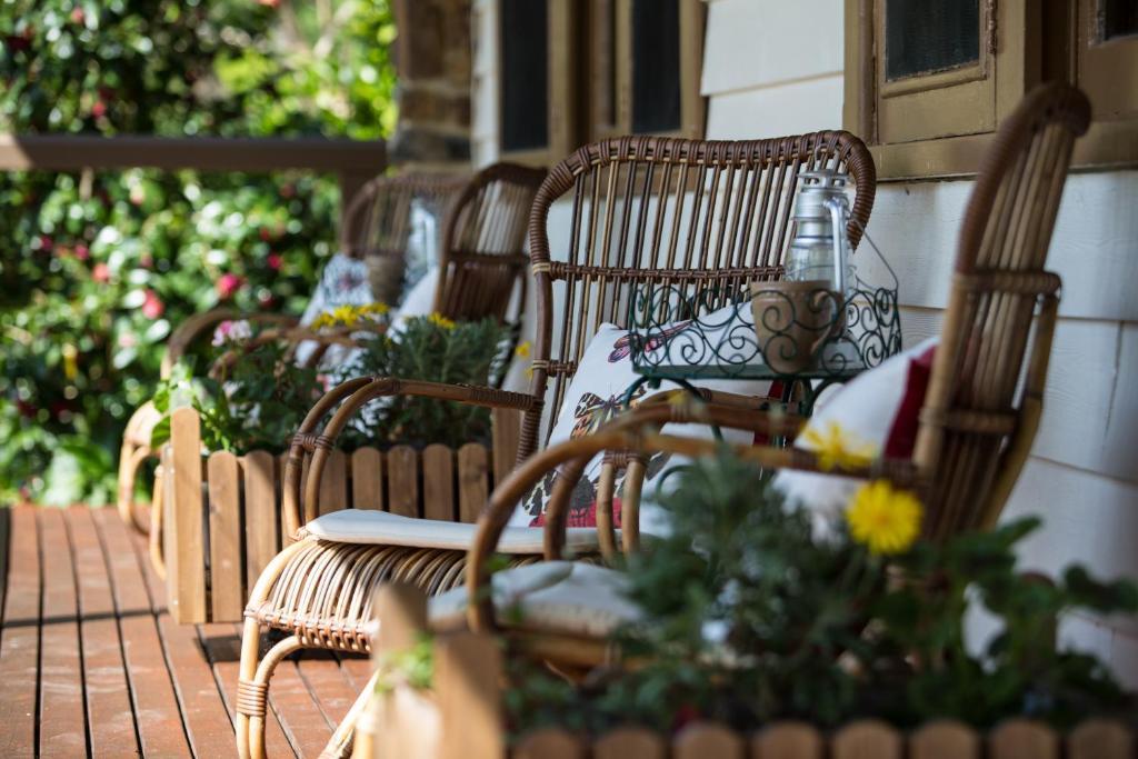 莨山住宿加早餐旅馆的阳台或露台