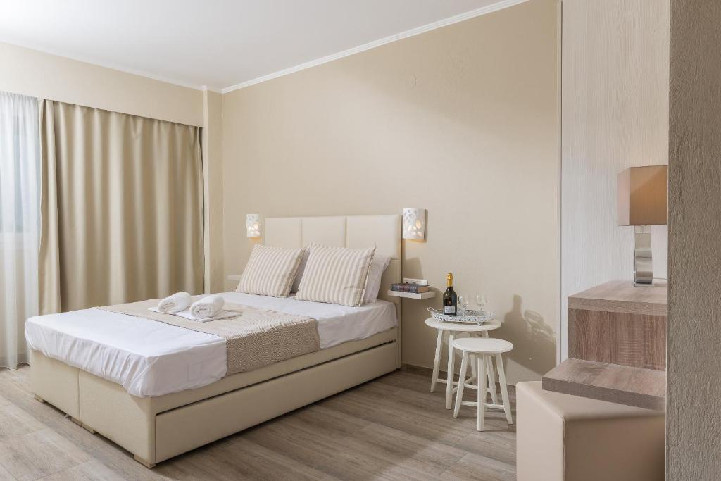 Ammos Beach Seaside Luxury Suites的一间客房