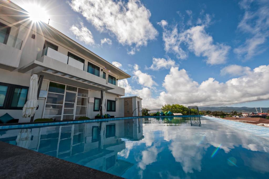 长滩岛青柠酒店内部或周边的泳池