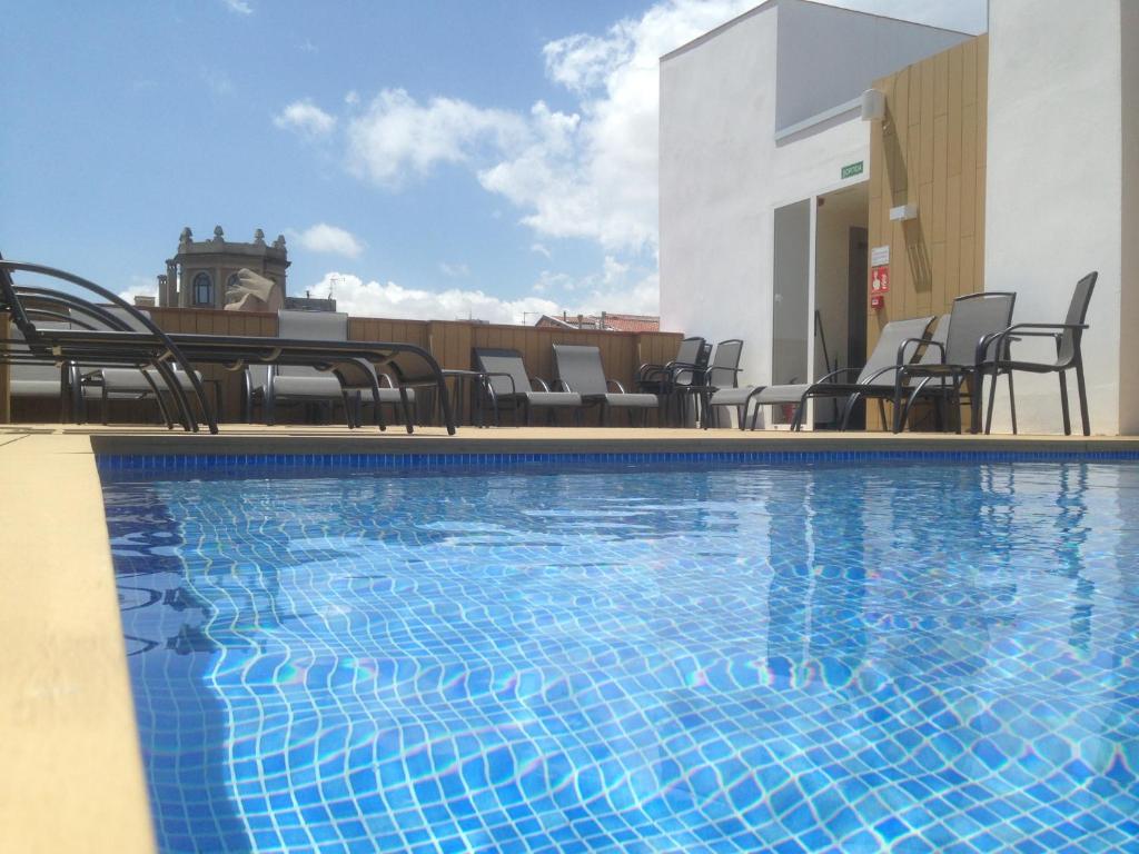 驰酒店内部或周边的泳池