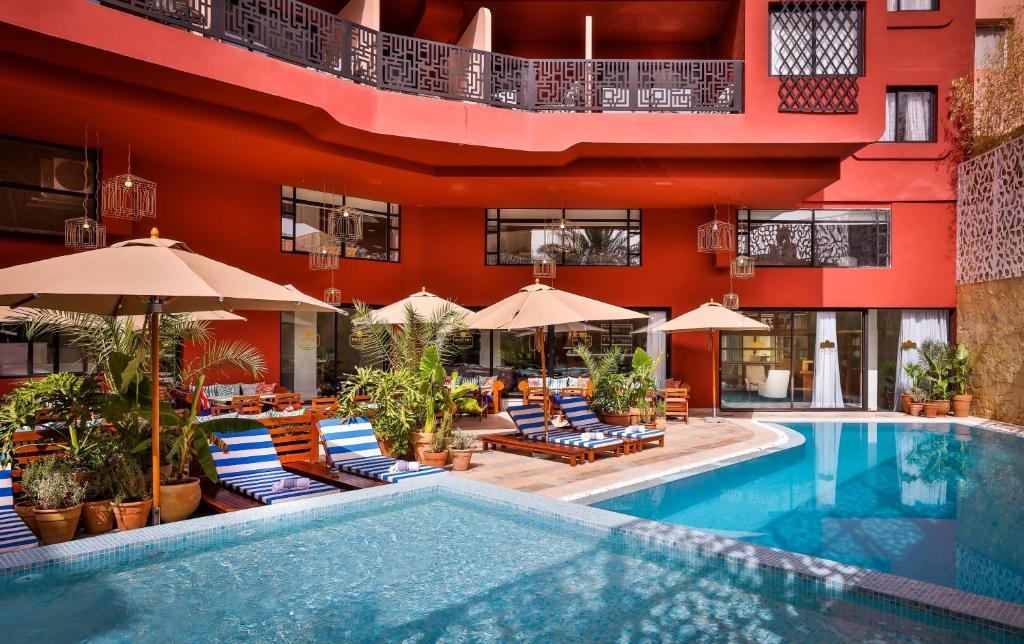 2希尔斯精品酒店内部或周边的泳池