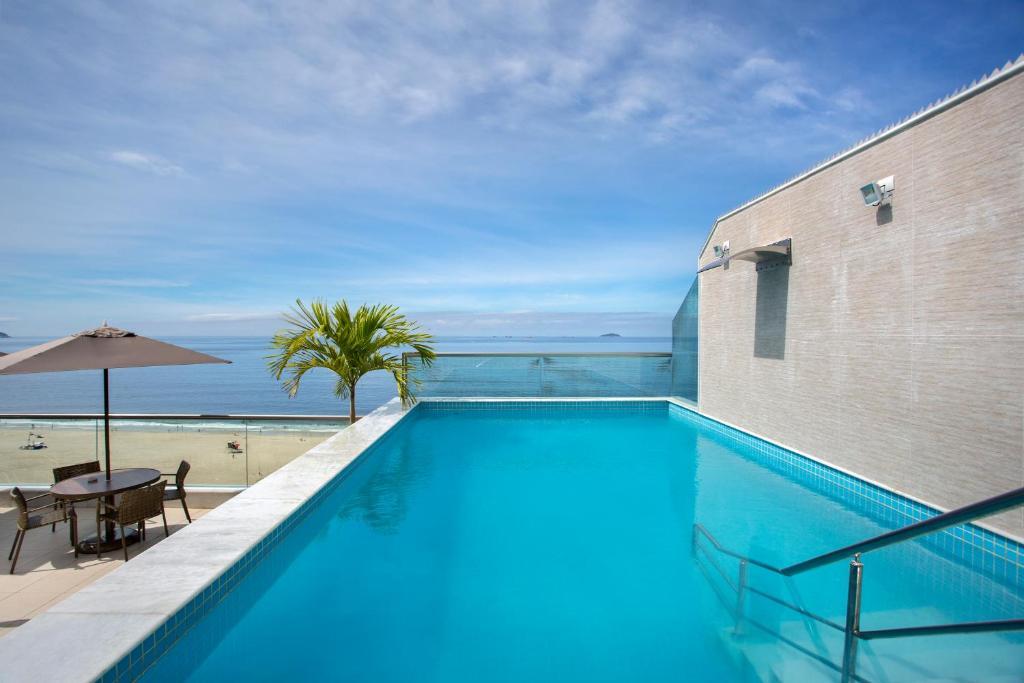 阿特兰蒂寇海滩酒店内部或周边的泳池