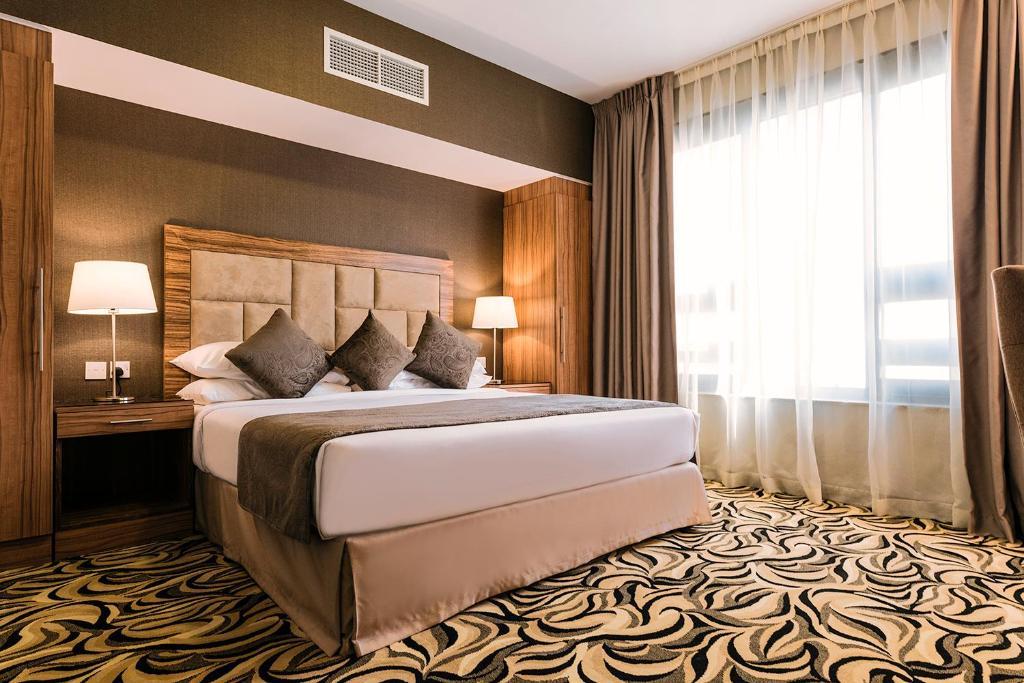 阿联酋广场酒店客房内的一张或多张床位