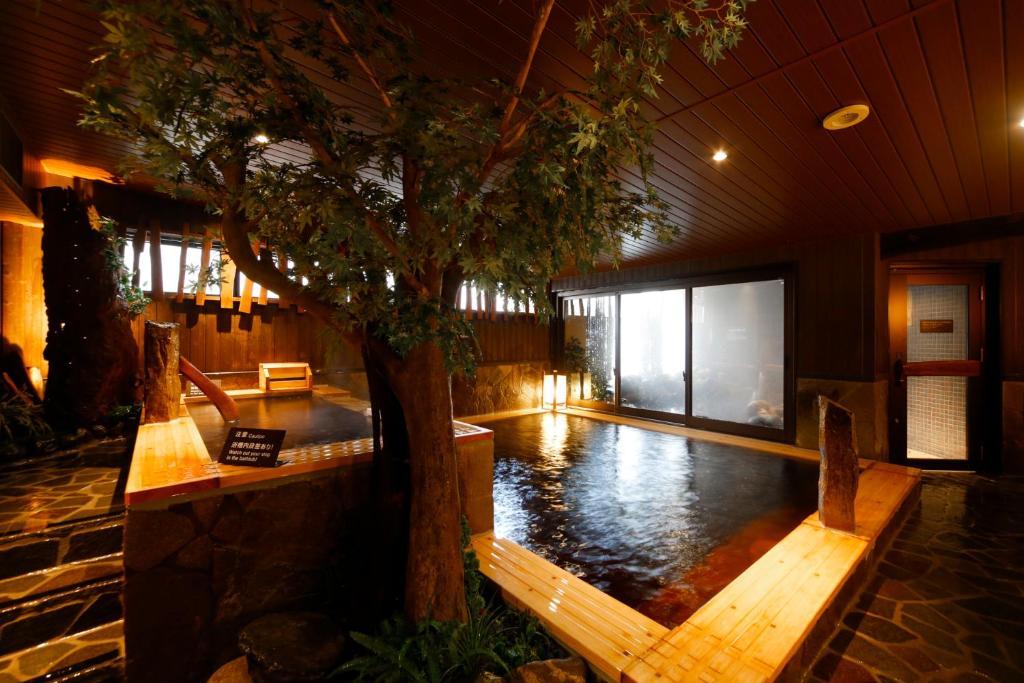 多美迎富山酒店内部或周边的泳池