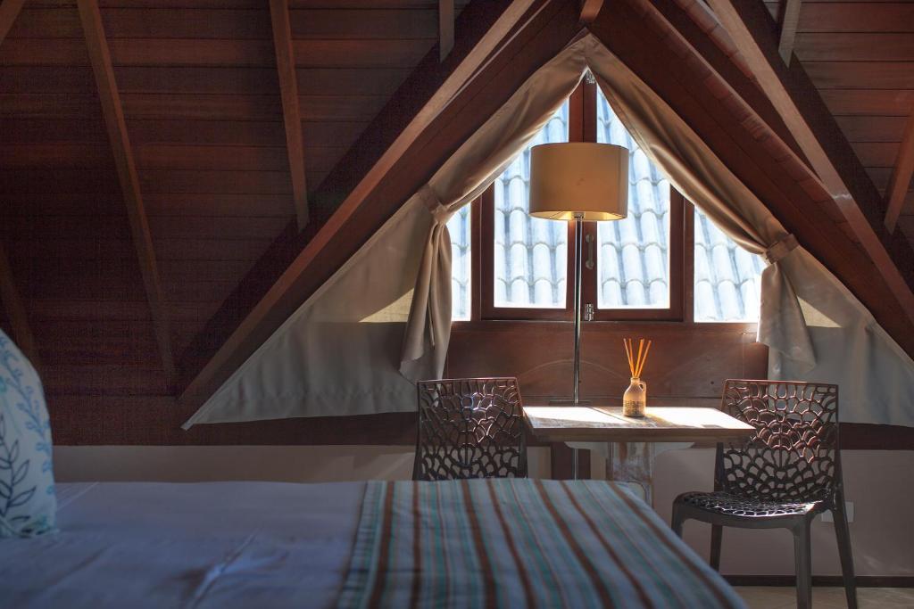 干石酒店客房内的一张或多张床位