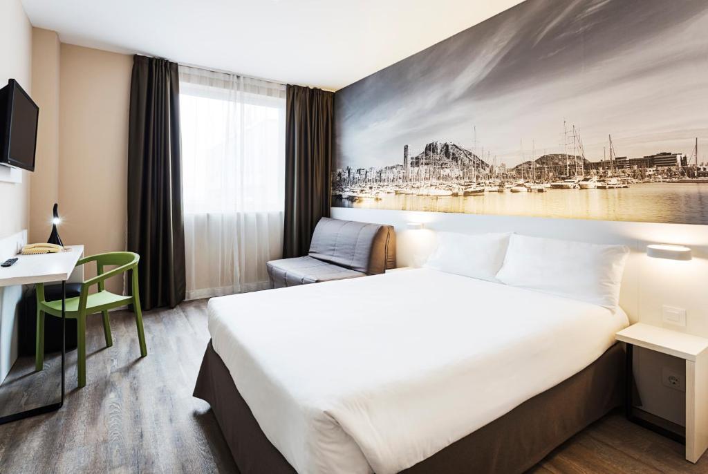 阿利坎特B&B酒店客房内的一张或多张床位