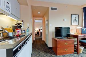 罗瑟达尔罗布森套房酒店的电视和/或娱乐中心
