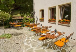 Hotel garni Grundmühle的庭院或其他户外区域