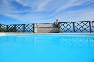 Corral de Payo Casita Blanca内部或周边的泳池