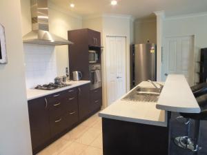 艾丹菲尔德花园贝利斯莫现代家庭住宅度假屋的厨房或小厨房