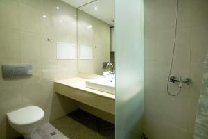 马利纳公寓酒店的一间浴室