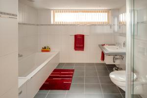 梅里克高级公寓的一间浴室