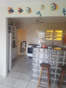 Apartamento Ubatuba的厨房或小厨房