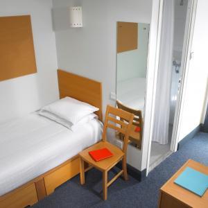 梅努斯校园公寓客房内的一张或多张床位