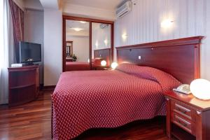Hotel Epinal客房内的一张或多张床位