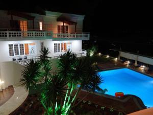 佩尔拉海滩内部或周边泳池景观