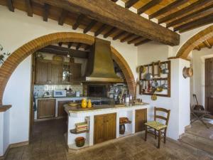 Selvanelli Villa Sleeps 11 Pool WiFi的厨房或小厨房