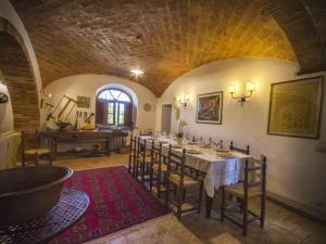 Selvanelli Villa Sleeps 11 Pool WiFi餐厅或其他用餐的地方