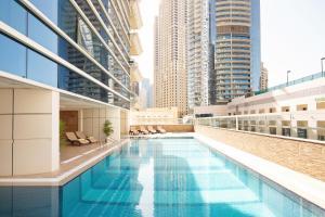 巴塞罗迪拜码头公寓内部或周边的泳池