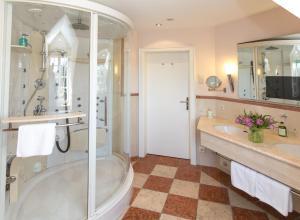 瓦赛博格安霍尔特罗曼蒂克酒店的一间浴室