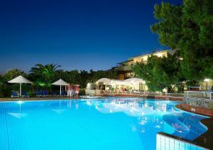 阿罗玛克里特酒店内部或周边的泳池