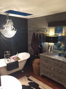 CHARMING COTTAGE & GARDEN的一间浴室