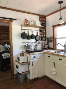 The Harmony Oaks Homestead的厨房或小厨房