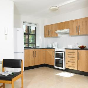 梅努斯校园公寓的厨房或小厨房