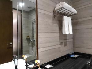 迎商酒店(珠海拱北口岸轻轨总站店)的一间浴室