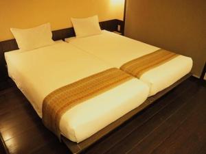 江户樱花饭店客房内的一张或多张床位