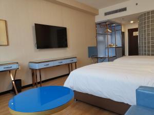 上海北方智选假日酒店的电视和/或娱乐中心
