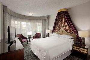 安纳海姆梅杰斯特花园酒店客房内的一张或多张床位